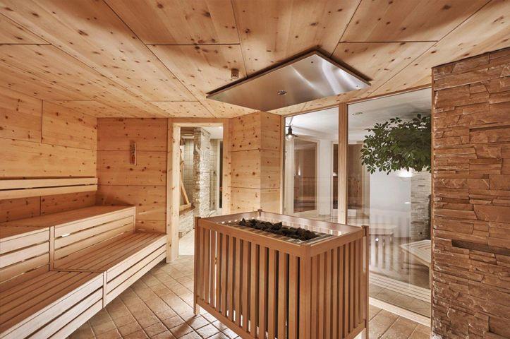 Biosauna als Kräutersauna aus Holz mit Bio Saunaofen in der Mitte von Kurland